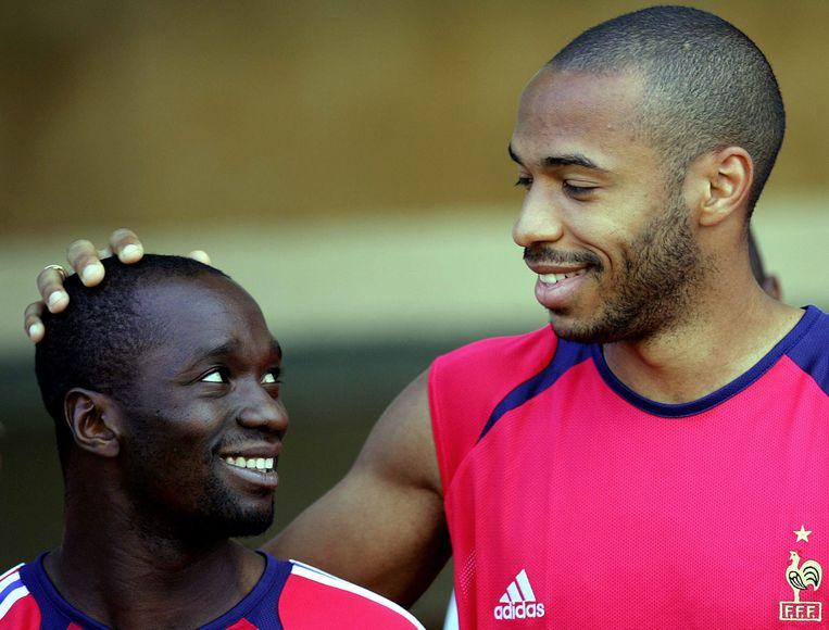 Bij de Franse nationale ploeg, met Thierry Henry die hem over de bol aait.