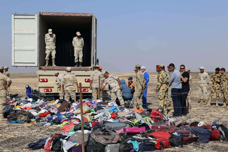 Egyptisch en Russisch veiligheidspersoneel bij teruggevonden bezittingen van de 224 omgekomen passagiers.
