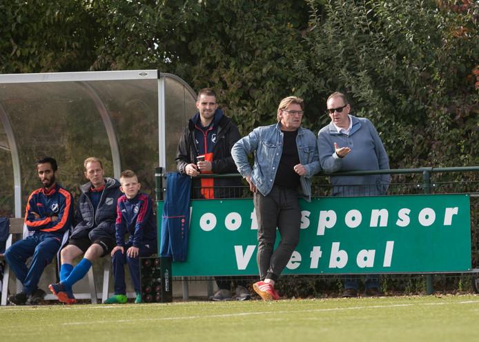 Assistent-trainer Rini Kromdijk (zonnebril) adviseert trainer Chris van de Peppel van CHRC in de verloren topper met Groessen.