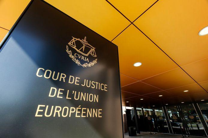 Als Google berichten over mensen moet verwijderen uit de zoekresultaten, hoeft dat alleen binnen de Europese Unie. De Europese regels daarover gelden niet buiten Europa. Dat heeft het Europees Hof van Justitie beslist.
