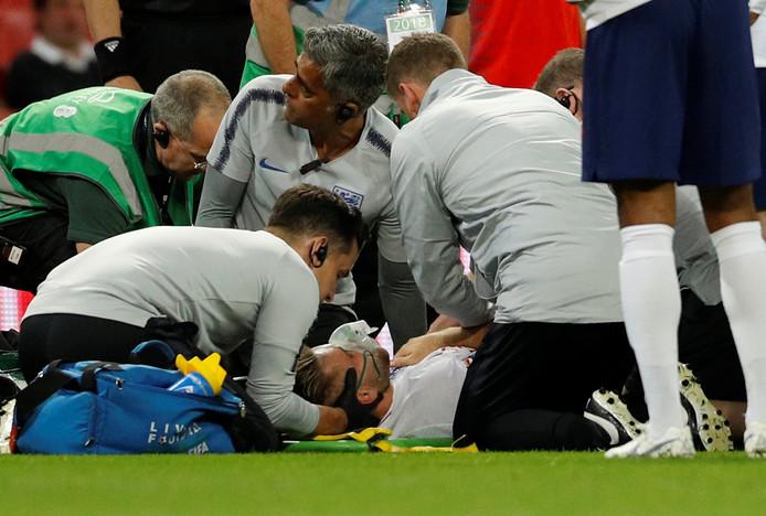 Luke Shaw wordt behandeld nadat hij buiten westen is geraakt.