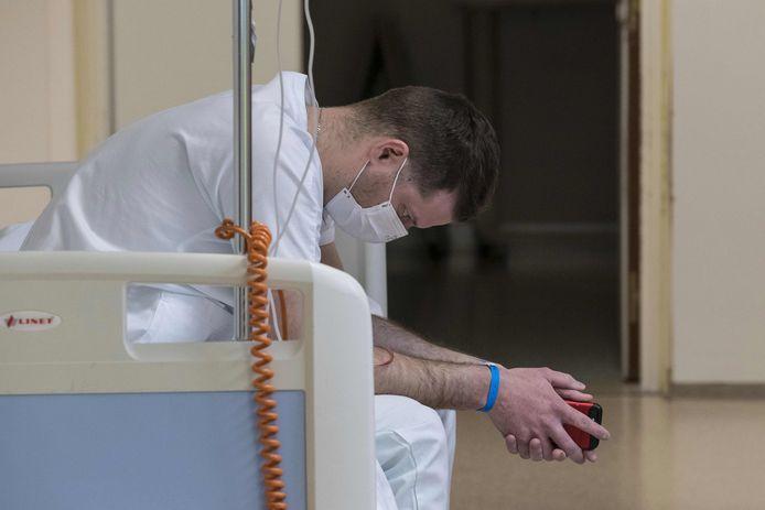 Un médecin se repose quelques instants à l'hôpital Louis Pasteur à Colmar, dans l'est de la France.
