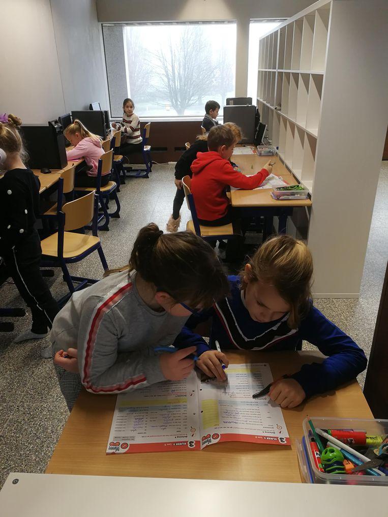 De leerlingen kunnen zowel staand als zittend werken.