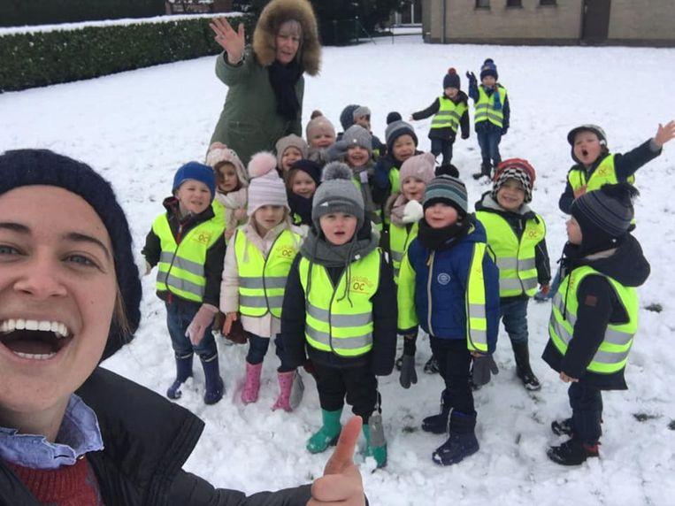 De eerste kleutertjes van school Driekoningen amuseren zich rot in de sneeuw.
