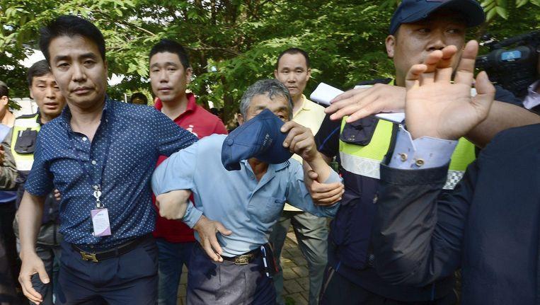 Een man die ervan wordt verdacht veerbootbaas Yoo Byung-un te helpen onderduiken wordt gearresteerd. Beeld reuters