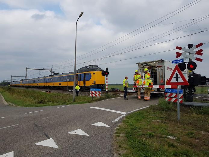 De boosdoener van de defecte bovenleiding is deze trein. Een stuk bovenleiding van 500 meter is kapot getrokken. De 150 reizigers zijn uit de trein gehaald.