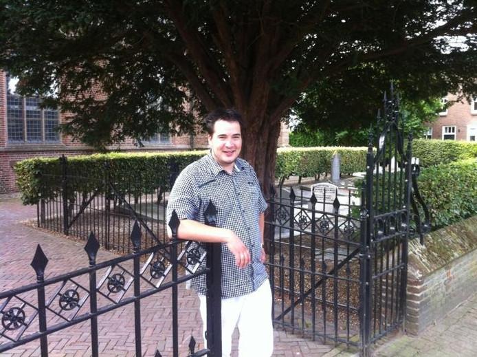 Lennart Aangeenbrug bij het hek van de kerk in Well. Foto BD