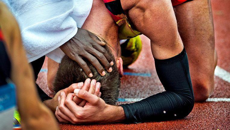 Michiel Butter is acht seconden tekortgekomen om te mogen meedoen aan de Spelen van Rio. Hij wordt getroost door Abdi Nageeye die de limiet wel heeft gehaald. Beeld null