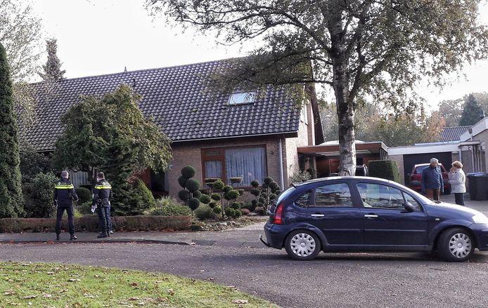 De politie doet een dag na de woningoverval buurtonderzoek in Malden.