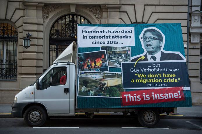Voorman van de Europese liberalen Guy Verhofstadt wordt voor gek uitgemaakt op een busje in Boedapest.
