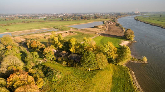 De woning van Groten staat tussen de bomen langs de IJssel. Links is de waterbuffer. De brug die daar overheen zou komen, gaat niet door.