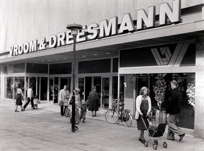 Het winkelpand van V & D midden in de Helmondse Veestraat is nooit een sieraad geweest, ook niet met deze pui die er in 1976 voor is geplaatst. In het nieuwe millennium werd het warenhuis in Helmond gesloten. Inmiddels is het hele concern ter ziele gegaan.