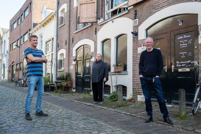 Kunstenaars dreigden ateliers kwijt te raken in Zutphen, nu de gemeente Zutphen vijftien panden in de verkoop wil gooien. Zij hebben hun ateliers in twee van de panden. Van links af Erik Verharen, Edith Meijering en Hans Zweverink.