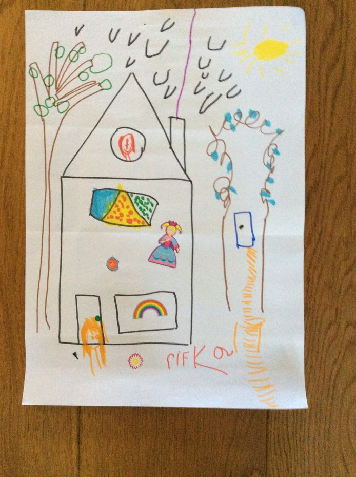 'De vierjarige Rifka heeft het huis van oma Trudie en opa Kees getekend. Ze vind het zo jammer dat zij nu niet meer kan komen logeren. En zielig omdat oma en opa nu zo alleen zijn en zij niet op de verjaardag van haar kleine zusje Sifra kunnen komen die deze week 1 jaar wordt'