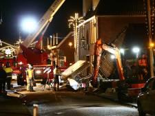 Grillroom in Coevorden ingestort na explosie, één persoon bekneld onder puin