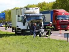 Rokende vrachtauto afgesleept op A59 bij Heesch