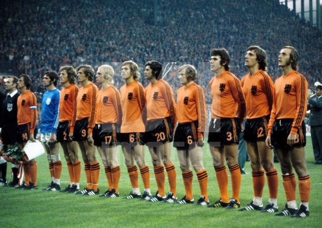 Oranje in 1974. Arie Haan is de derde Oranje-speler van links.