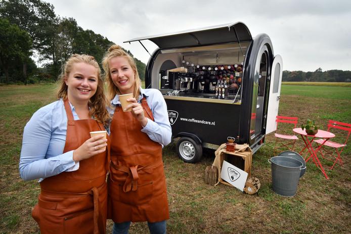 Merel Lodder (links) en Ellen Stam zijn Coffee and Care begonnen vanuit een kleine wagon. Hiermee hebben ze succes op evenementen.