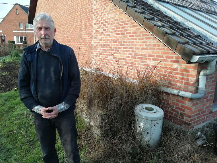 Marc Daelemans bij de waterzuiveringsinstallatie in zijn tuin.