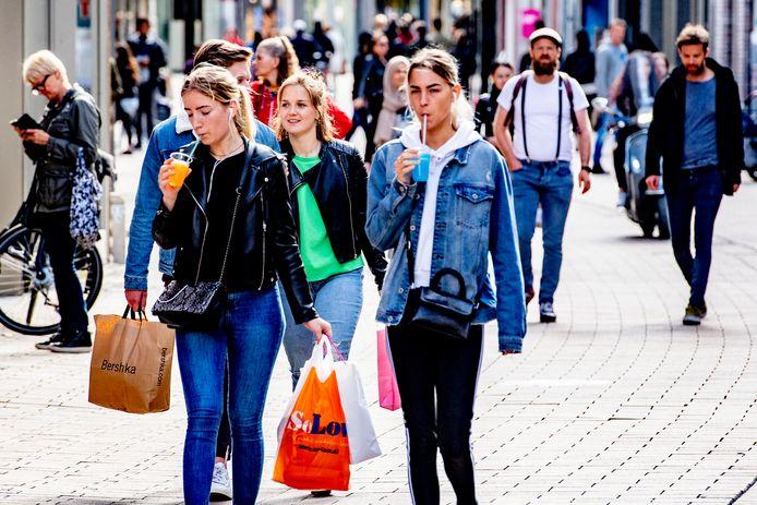 (80€) 2020-04-30 18:14:16 TILBURG - Winkelen in het centrum van Tilburg coronaregels drukte op straat wachten voor een winkel in de rij anderhalvemetereconomie ,houd afstand 1,5 meter winkelend publiek op de drukte op straat weer men gaat meer de straat op funshoppen masker mondkapjes ANP/ROBIN UTRECHT