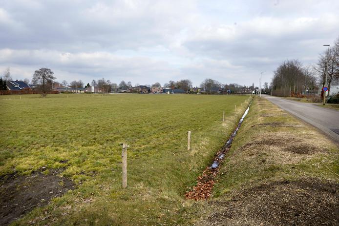 De gemeente wil een fietspad aanleggen langs deze weg, tussen de bebouwde kom en het complex van voetbalvereniging Den Ham. Maar daarvoor moet eerst een stukje grasland worden gekocht. Dat gaat nog niet zo gemakkelijk.