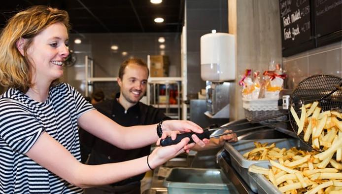 Verslaggeefster Harmke de Vries leert friet bakken van frietkampioen Wouter van der Haar.