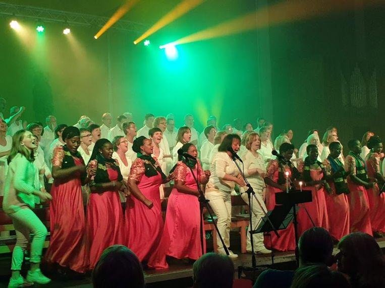 De samenzang tussen het 'Makao Agape Choir' en het Schotense 'Cantiamo' zorgde voor een levendige dynamiek