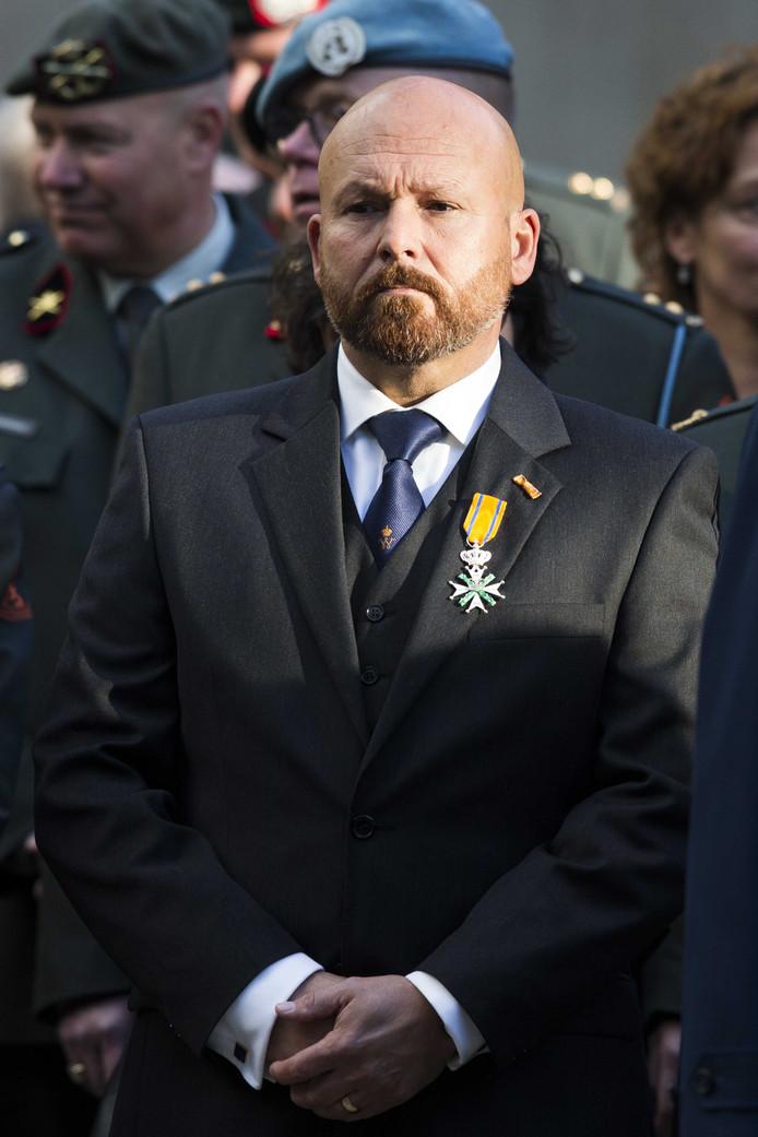 De in opspraak geraakte oorlogsheld Marco Kroon, drager van de Willems-Orde, in burgerkleding tijdens de Dodenherdenking op Militair Ereveld Grebbeberg op de Grebbeberg
