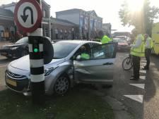 Automobilist raakt gewond bij botsing voor station in Dordrecht