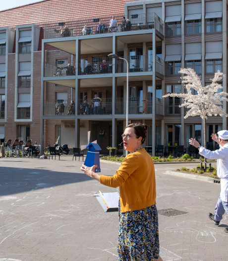 Liedjes van vroeger zingen in de tuin van verpleeghuis Klinkenberg