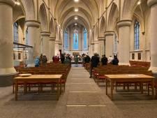 In de kerk is nu even geen plaats voor iedereen; zonder uitnodiging geen toegang