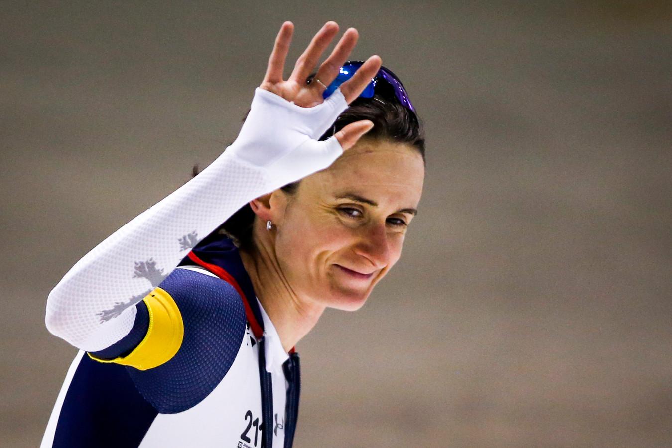Martina Sablikova viert haar zege op de 3000 meter bij de World Cup in Calgary.