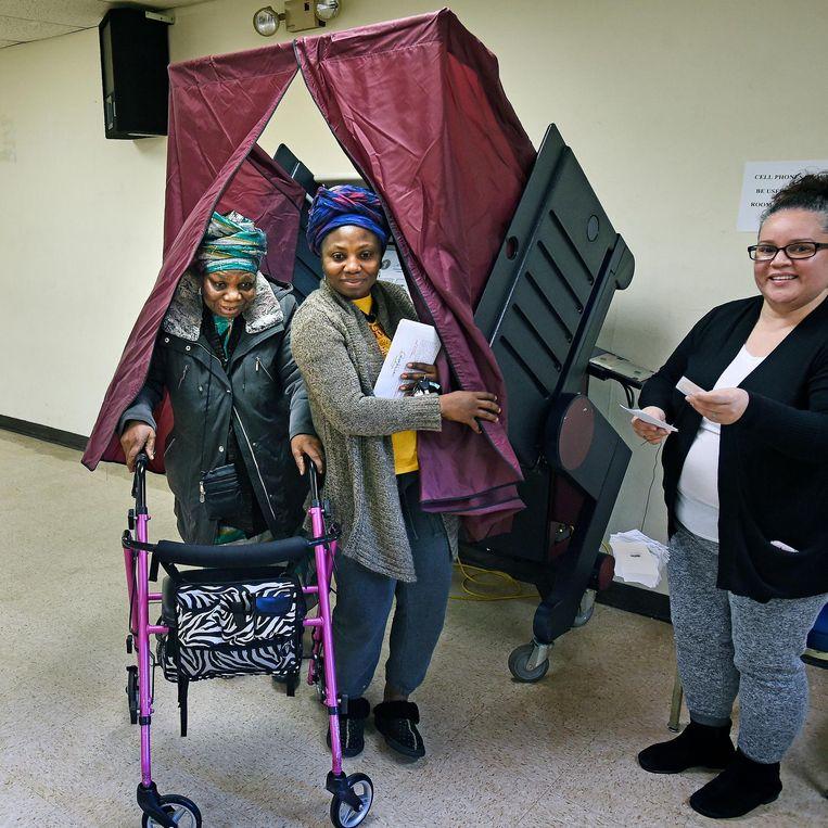 Twee Afro-amerikaanse vrouwen, moeder en dochter hebben hun stem uitgebracht. Ze stemmen net als de meesten in dit lokaal op Hillary Clinton. Beeld Guus Dubbelman / de Volkskrant