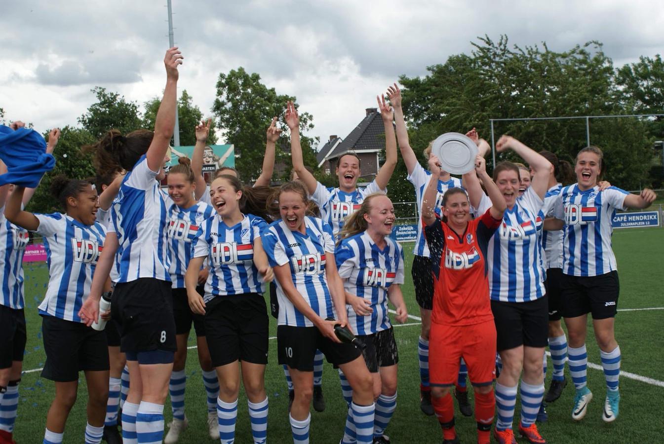 FC Eindhoven Vrouwen 2 viert de promotie