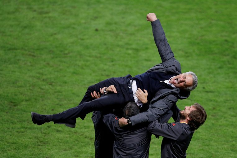 José Mourinho gaat op de schouders na de triomf in de Europa League.