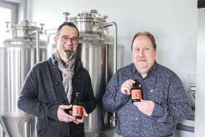 Koffiebrander Chris Moreels en bierbrouwer Alain Senechal met het koffiebier dat ze samen hebben bedacht.