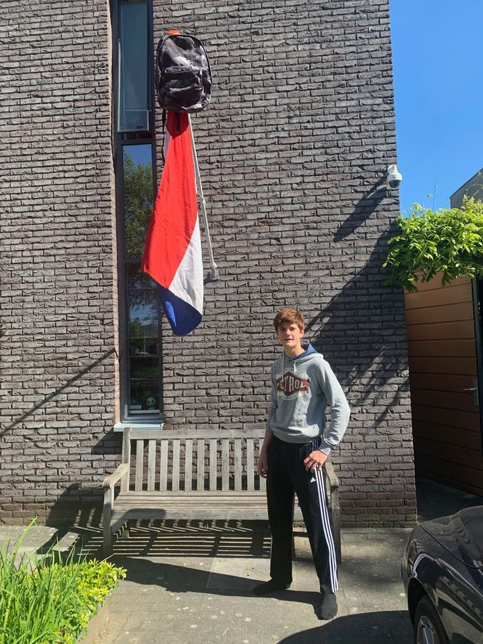 Raoul Bakker (18) is geslaagd voor zijn havo-diploma aan het Luzac in Zwolle. Het was vandaag spannend, maar uiteindelijk behaalde hij zonder onvoldoendes het felbegeerde papiertje. Raoul gaat na de zomer beginnen aan de studie Technische Bedrijfskunde op Windesheim.