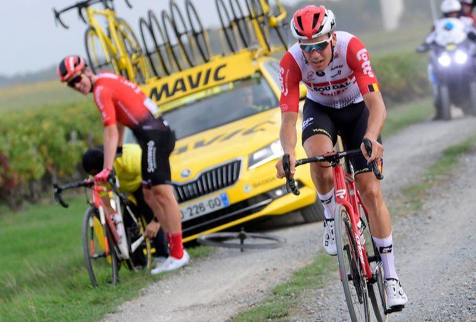 Søren Kragh Andersen (links) staat met pech langs de weg en ziet Jelle Wallays passeren.