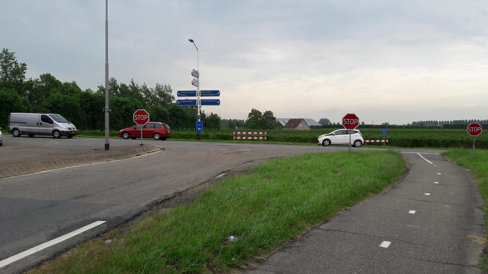 De kruising Drieweg-Kruiningenpolderweg, waar een rotonde zou moeten komen.