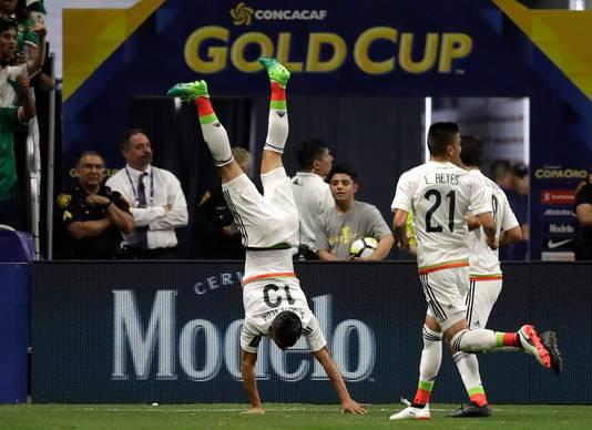 Angel Sepulveda viert zijn doelpunt op acrobatische wijze
