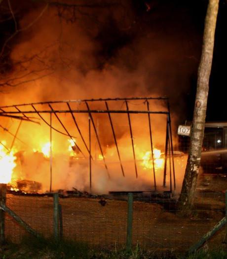 Chalet brandt volledig uit op camping in Oisterwijk; geen gewonden