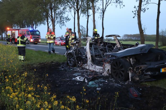De volledig verwoeste Tesla bij Culemborg.