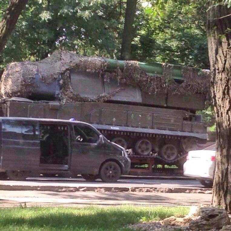 Beeld van de Buk-lanceerinstallatie die vermoedelijk is gebruikt bij het neerschieten van vlucht MH17. De foto is verspreid door het OM en het Joint Investigation Team (JIT) en waarschijnlijk gemaakt op 17 juli 2014 in Makijivka in Oost-Oekraïne.   Beeld null