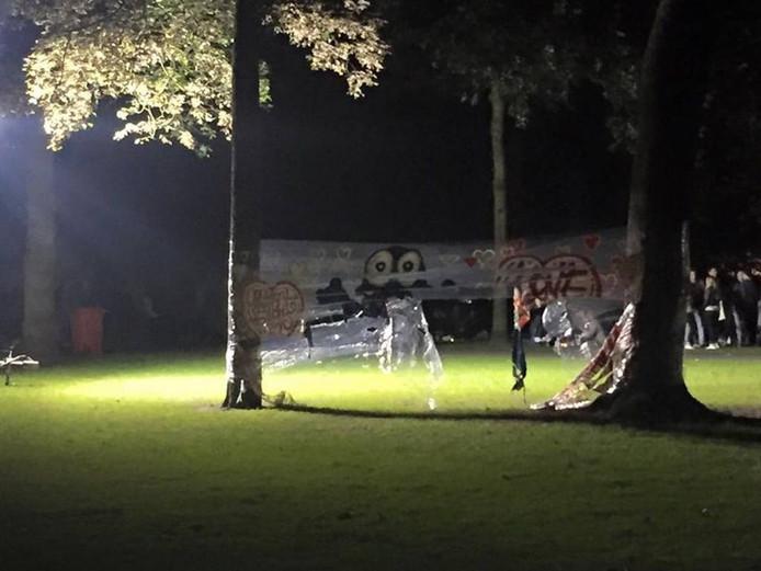 Amper vier uur hing het doek in het Bredase stadspark. Toen al was het vernield.