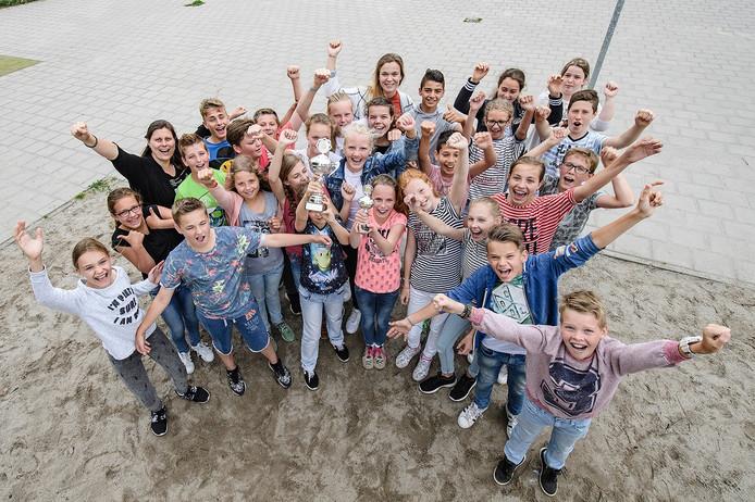Leerlingen zijn blij met de door hen gewonnen wisselbeker.