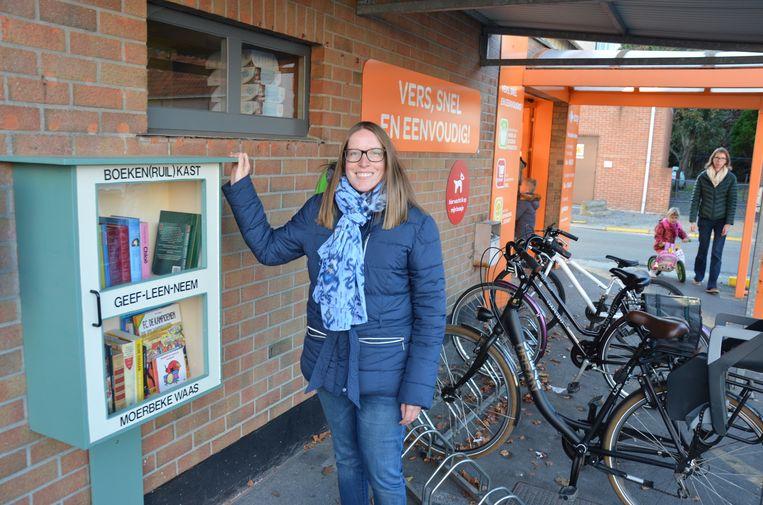Rani Mendonck nodigt Moerbekenaars uit om boeken te ruilen via de kast op de parking van Easy Caddy in de Crèvestraat.