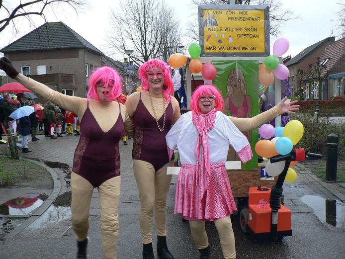 De drie dames weten niet wat ze aan moeten voor kledij.