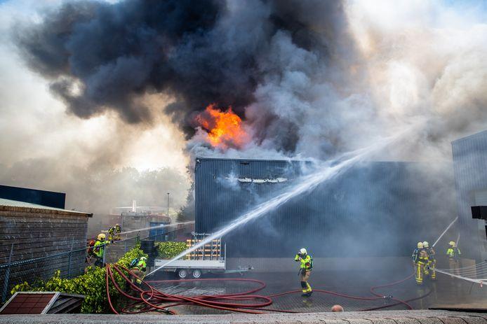 Bij Stella Fietsen in Nunspeet woedt een uitslaande brand.