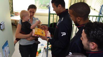 Voetballers Zulte Waregem delen cadeaus uit in OLV van Lourdes