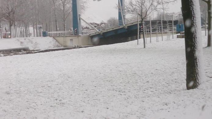 De brug over Sluis 8 in de Zuid-Willemsvaart bij Helmond bleef openstaan als gevolg van het winterse weer.